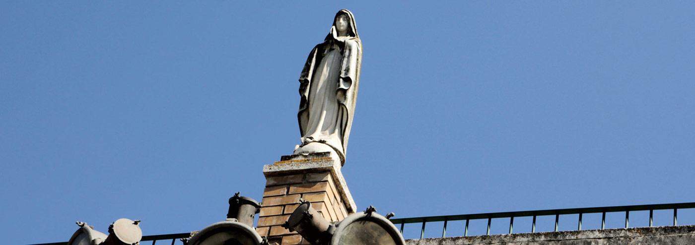 La statua della Madonna nel cortile del Seminario
